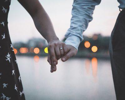 על איזה אצבע שמים טבעת אירוסין?