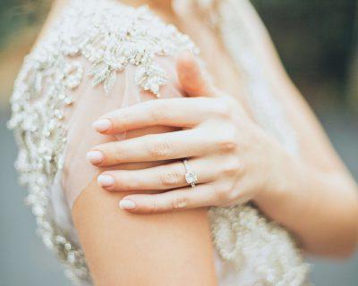 איך להתאים שמלת כלה לטבעת האירוסין שלך